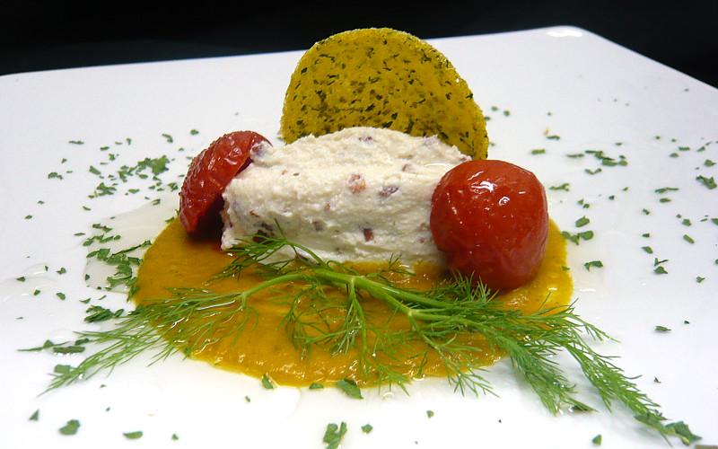Quenelle di ricotta di bufala con granella di salame nolano croccante su vellutata di zucca lunga napoletana